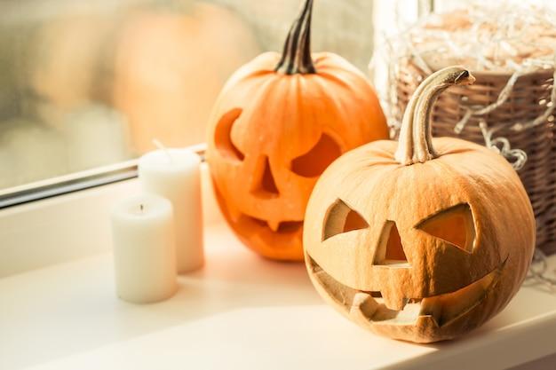 Хэллоуин тыква со свечой на окне.