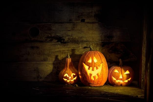 Тыквы на хэллоуин в старом доме у окна, где светит лунный свет.