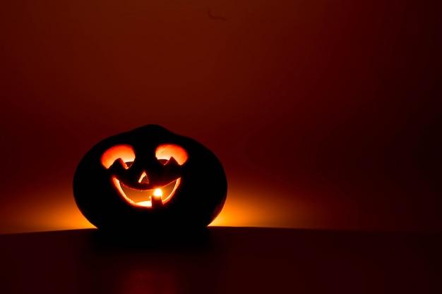パーティーの夜のハロウィーンのカボチャの笑顔とぼんやりした目