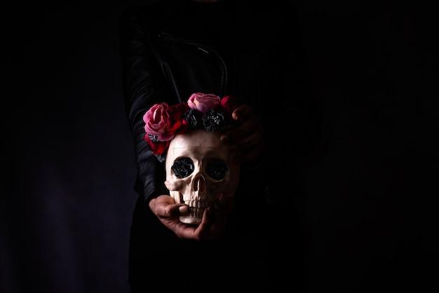 Хэллоуин череп на руках