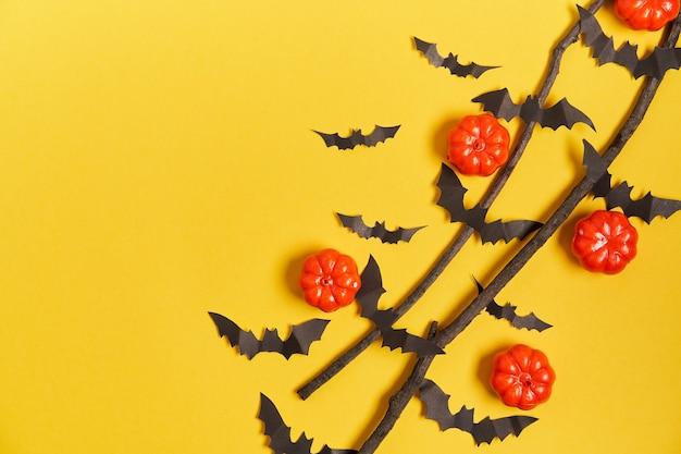 할로윈 표면, 오렌지 장식 플라스틱 호박 검은 종이 박쥐 건조 지점 스틱 노란색 골판지 추수 감사절 인사말 카드 패턴