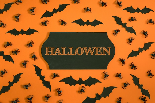 Текст хэллоуина вокруг пауков и летучих мышей. счастливая поздравительная открытка хэллоуина