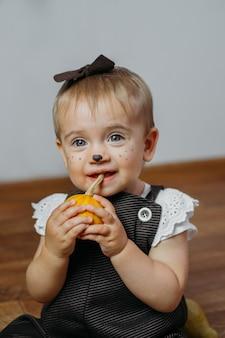 子供と赤ちゃんのためのハロウィーンの感謝祭のメイクのアイデア家にカボチャと幸せな面白い赤ちゃん