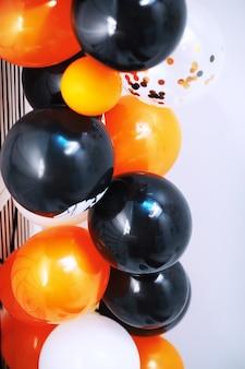 Гостиная украшена темой хэллоуина. образ жизни интерьер семейного дома сезона хэллоуина. традиционный фон украшений хэллоуина.