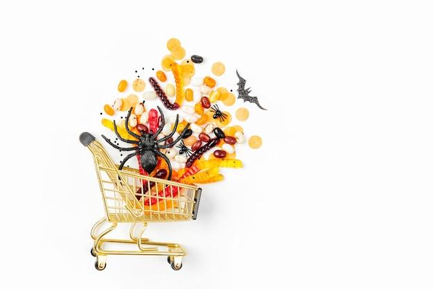 Хеллоуин лечит в корзине на белом фоне. кошелек или жизнь, концепция для хэллоуина. плоская планировка, вид сверху