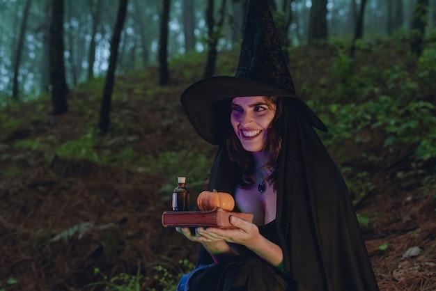 黒の衣装を着たハロウィーンの魔女の少女ウィッカ