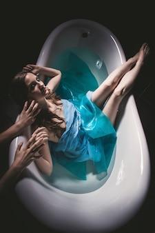 ハロウィーンの女性はバスタブに溺れた。女の子が首を絞め
