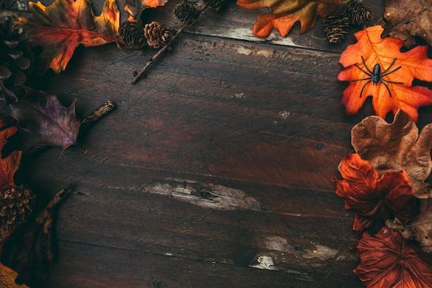 Tavolo in legno di halloween con foglie colorate