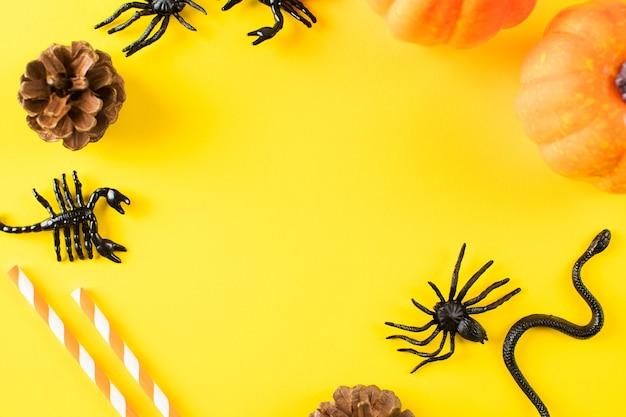Хэллоуин желтый фон с пауками тыквы плоский макет вид сверху копией пространства