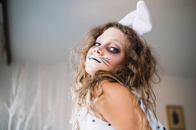 Halloweenの顔のペイントでかわいい十代の少女