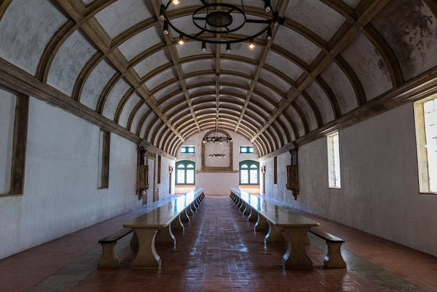 Залы монастыря христа с окнами в томаре в португалии