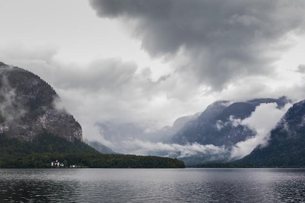 霧の日のハルシュタット湖