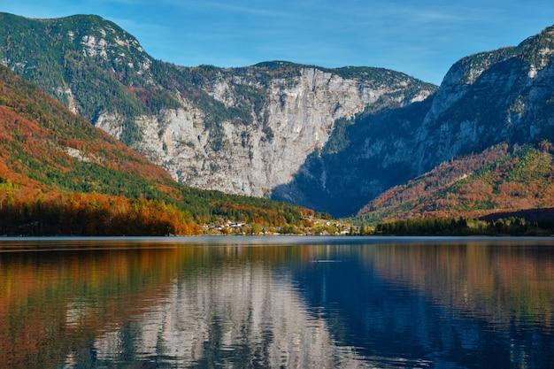 ハルシュタット湖はオーストリアの湖山湖を見る