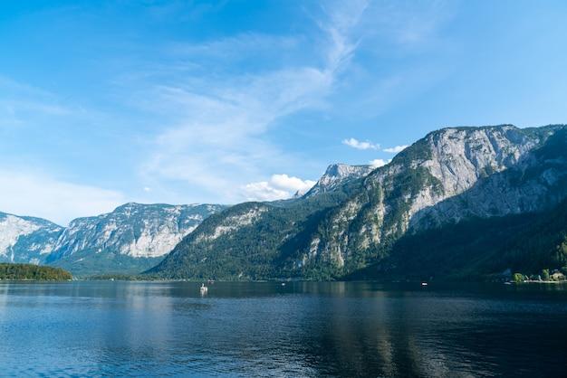 オーストリアアルプスのhallstatter湖