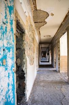 放棄された建物の廊下