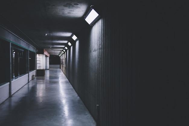 ライトとガラス窓のある廊下