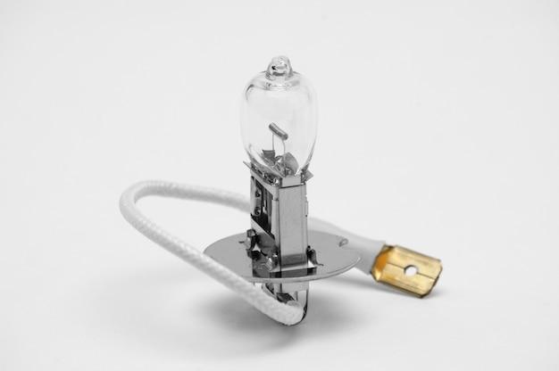孤立した白い背景の上の車のハロゲン電球