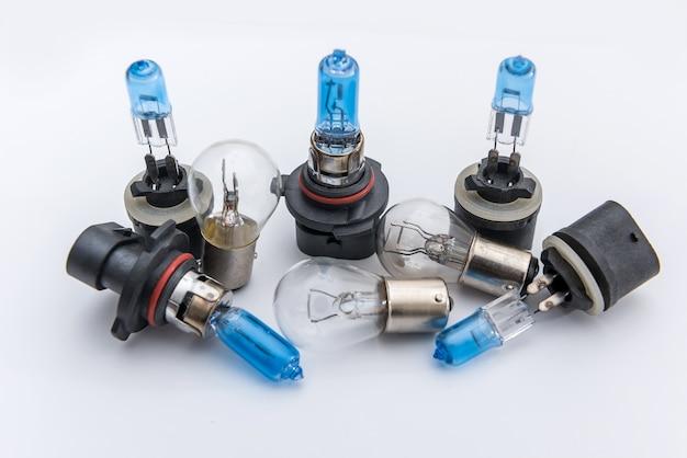 Галогенная автомобильная лампа для ремонта автомобиля изолирует на белом. автомобильная электрическая лампа для фар.
