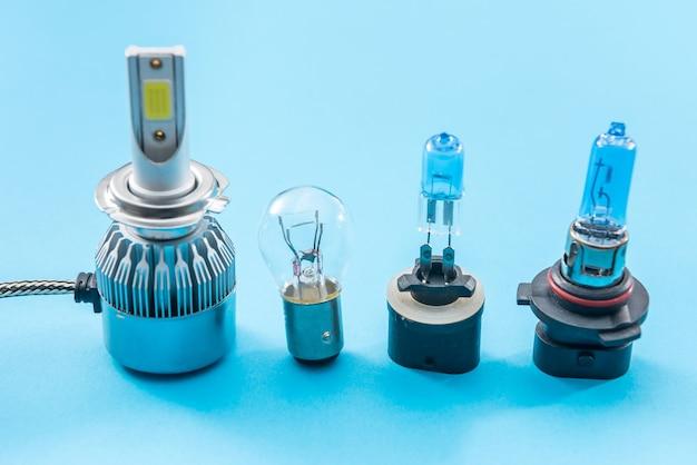 修理のために色の背景に分離されたハロゲンダイオード車の電球。ヘッドライト用の控えめな機器。ランプ技術