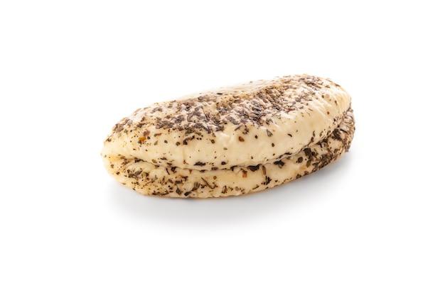 향신료와 할루미 치즈. 외딴. 흰색 배경에. 확대.