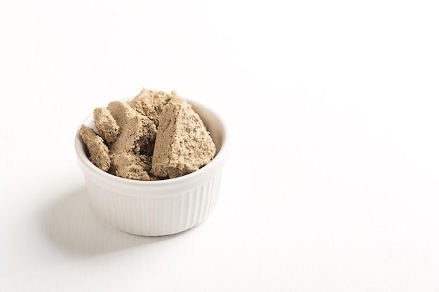 ハルヴァは西アジアのさまざまな地元の菓子レシピです。コピースペースのある白いテーブル
