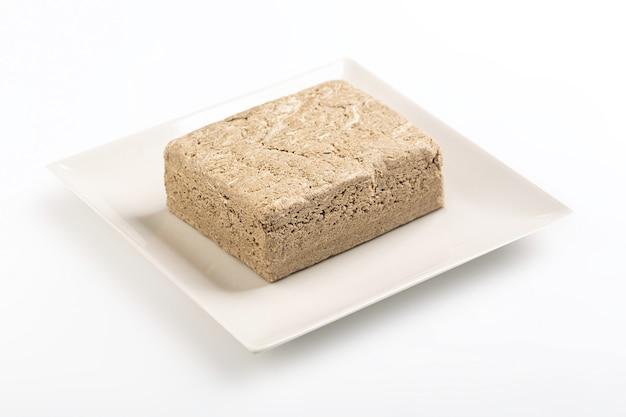 ハルヴァは西アジアのさまざまな地元の菓子レシピです。白いテーブル
