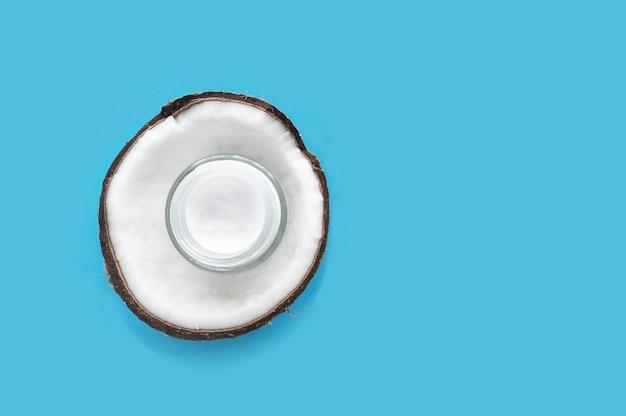 반 신선한 코코넛과 코코넛 크림을 반으로 자르고 건강한 아름다운 피부, 몸, 얼굴을위한 천연 유기농 화장품 제품. 건성 피부 보호. 아름다움, 건강, 스킨 케어, 건강 관리 개념.