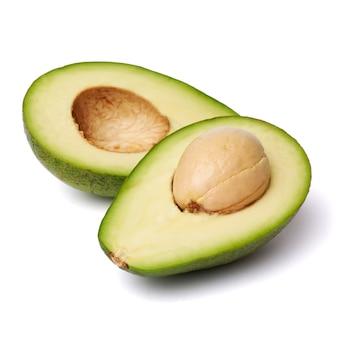 고립 된 씨앗과 등분 된 녹색 아보카도