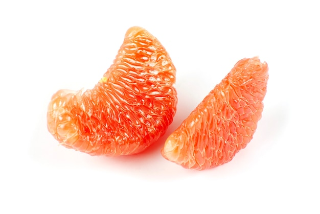 Половинки грейпфрута, изолированные на белом фоне