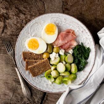 朝食用の卵と野菜の半分