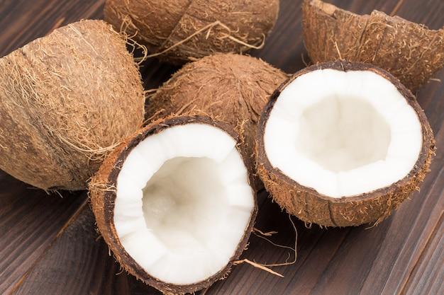 新鮮なココナッツとココナッツの殻の半分