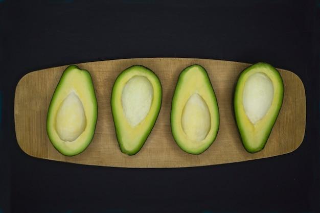 Половинки свежего спелого авокадо.