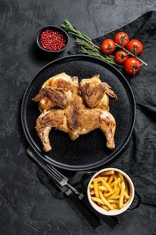 ジューシーなグリルチキンと鍋に金色の茶色の皮。