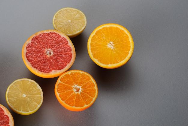 オレンジレモンタンジェリングレープフルーツの半分灰色の表面上面図