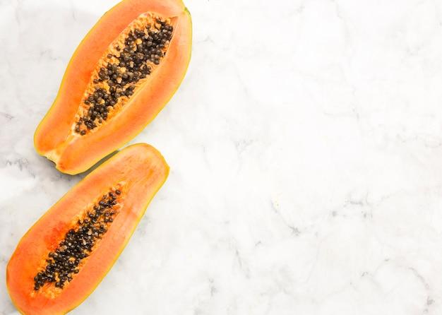 Metà della frutta della papaia con lo spazio della copia