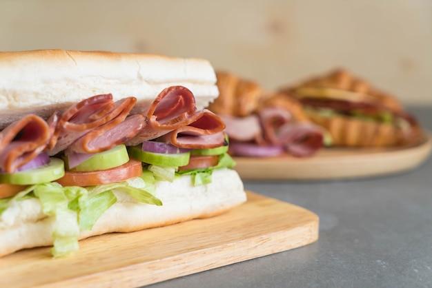 Сэндвич с подводной лодкой и салатом