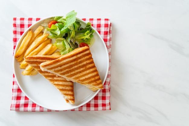 ハムチーズサンドイッチと卵とフライドポテト