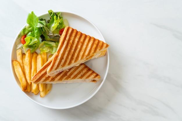 Бутерброд с ветчиной, сыром, яйцом и картофелем фри