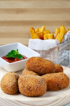 Ham and chicken croquettes with tomate and chips