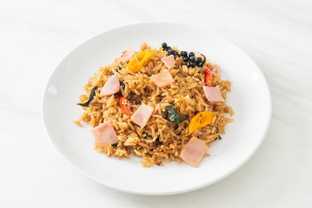 Жареный рис с ветчиной с зеленью и специями - азиатская кухня