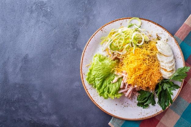계란과 노란색 치즈를 곁들인 햄 샐러드. 평면도, 복사 공간