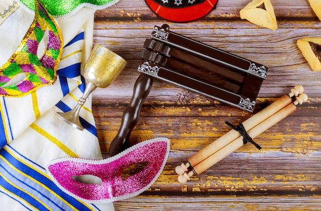 プリムのお祝いのユダヤ人のカーニバルのためのhamans耳クッキー