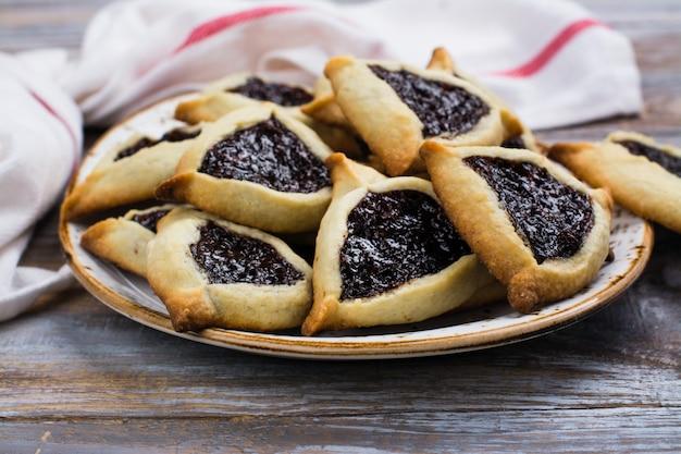 ベリージャムと伝統的なユダヤ人のhamantaschenクッキー。