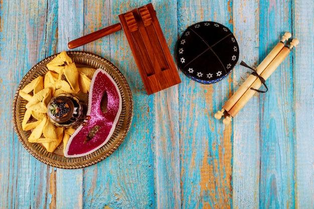 Карнавал с маской и шумоглушитель hamantaschen печенье пурим еврейский праздник