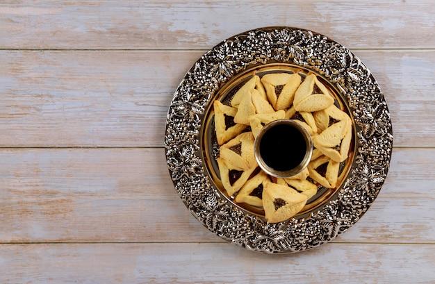 伝統的なユダヤ人のカーニバルの休日プリムのお祝いとhamantaschenクッキー、