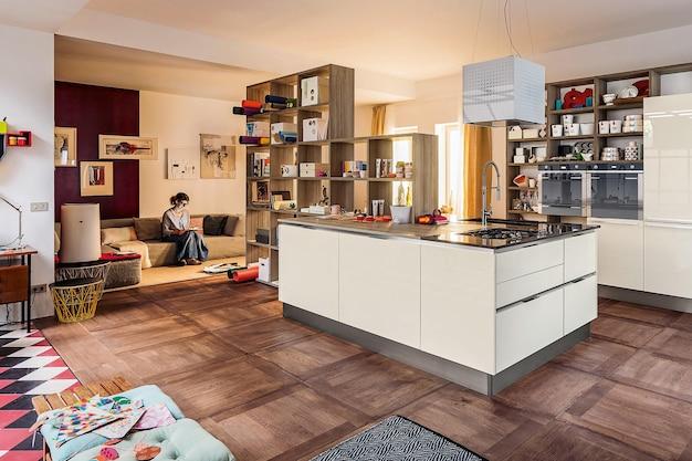 함부르크, 독일 - 2019년 7월 15일: 미니멀한 스타일의 현대적인 고급 주방 인테리어 디자인