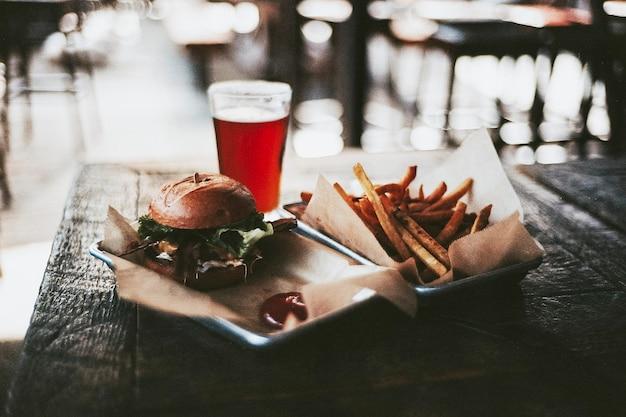 ハンバーガーとフライドポテトとビール