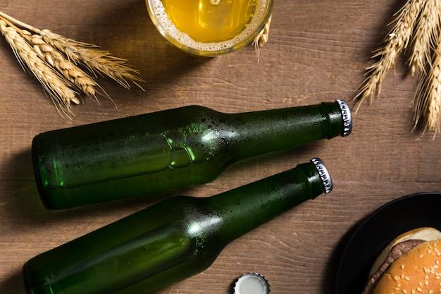Hamburger e bottiglia di birra