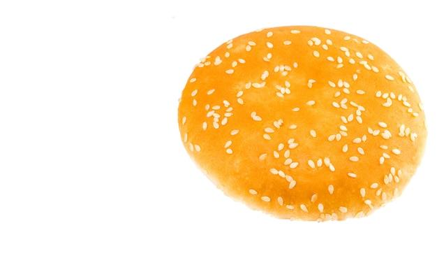 白い背景で隔離のハンバーガーパン。閉じる。