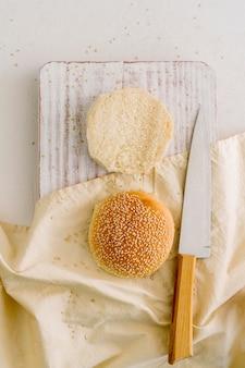 テーブルの上のハンバーガーパン